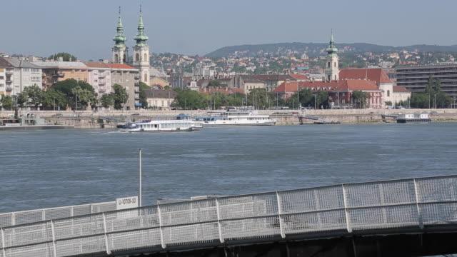 river danube, budapest, hungary, europe - osteuropäische kultur stock-videos und b-roll-filmmaterial
