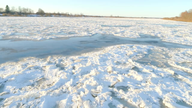 fluss daugava im winter - horizont über land stock-videos und b-roll-filmmaterial