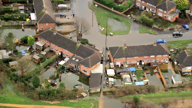 river flooding of towns and land england uk - inondazione video stock e b–roll