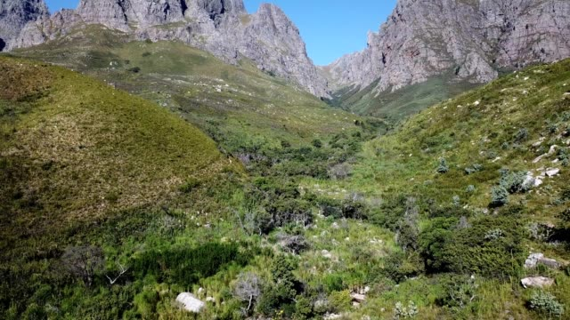 vidéos et rushes de rivière qui coule vers le bas de la vallée verte - mountain range