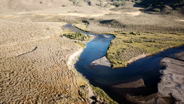 vídeos y material grabado en eventos de stock de río que fluye a través de campo estéril en california - oasis desierto