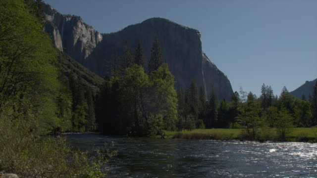 a river flows past el capitan in yosemite national park. - エルキャピタン点の映像素材/bロール