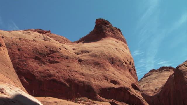 vidéos et rushes de a river flows through a canyon surrounded by smooth sandstone rock formations. - grès