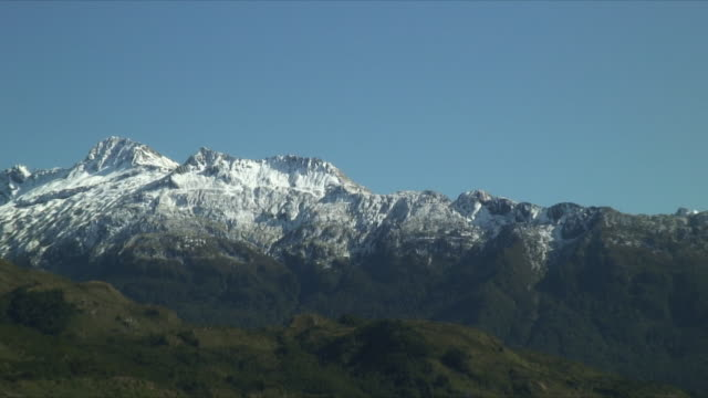 ms ws zo river in foreground of mountains, mt aspiring national park, new zealand - new zealand stock-videos und b-roll-filmmaterial