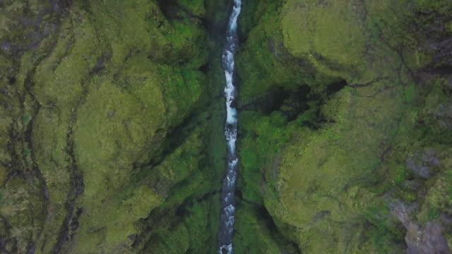 Río en el cañón de islandés
