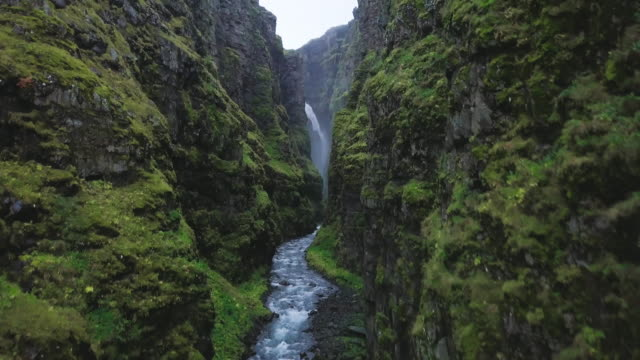 vídeos de stock e filmes b-roll de river in icelandic canyon - vale