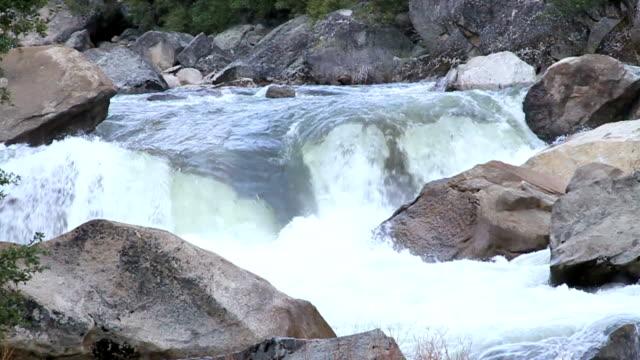 river im yosemite valley - merced fluss stock-videos und b-roll-filmmaterial