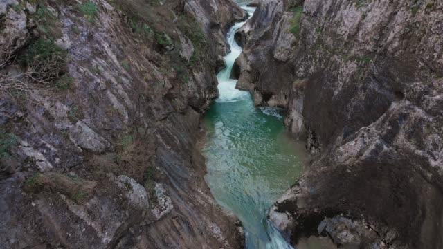vídeos y material grabado en eventos de stock de río en el cañón de ulukaya, bosphorus, turquía - pared de roca