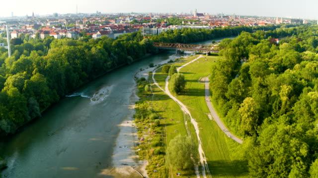 river isar, flaucher, munich, drone - ミュンヘン点の映像素材/bロール