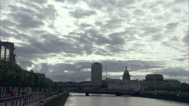 t/l ws river liffey and customs house, dublin, ireland - 2009 bildbanksvideor och videomaterial från bakom kulisserna