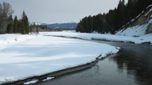 fluss schmelzender schnee im grand teton nationalpark - grand teton stock-videos und b-roll-filmmaterial