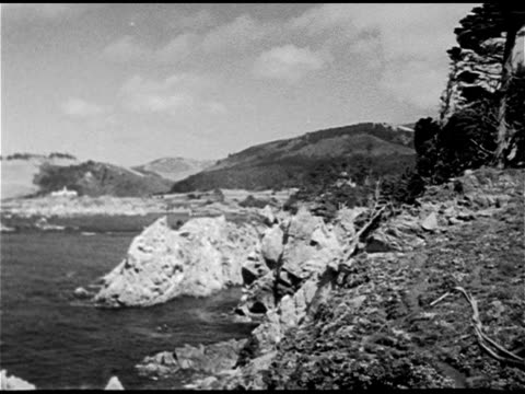 vidéos et rushes de river & mountains. beaches: cove beach w/ people in pacific ocean water, umbrellas on sand shore. vs people sunbathing, young brunette sitting,... - 1930 1939