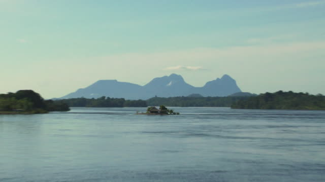 stockvideo's en b-roll-footage met zo ws river negro with beach huts on small island and sleeping beauty mountain range in background / sao gabriel da cachoeira, amazonas, brazil - color negro