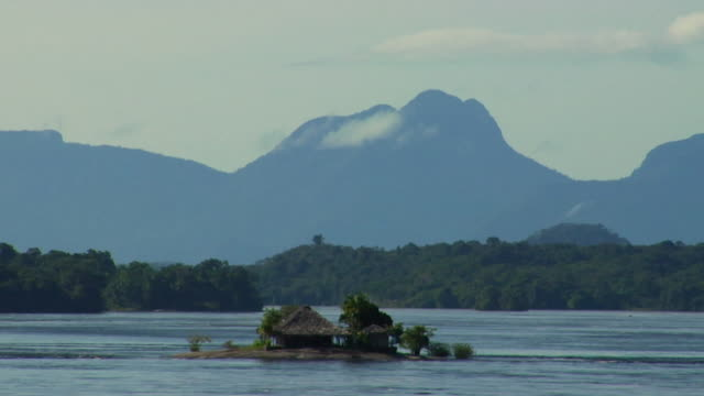 stockvideo's en b-roll-footage met ws zo river negro with beach huts on small island and sleeping beauty mountain range in background / sao gabriel da cachoeira, amazonas, brazil - color negro