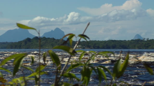 stockvideo's en b-roll-footage met slo mo ws pan river negro with beach huts on small island and sleeping beauty mountain range in background / sao gabriel da cachoeira, amazonas, brazil - color negro