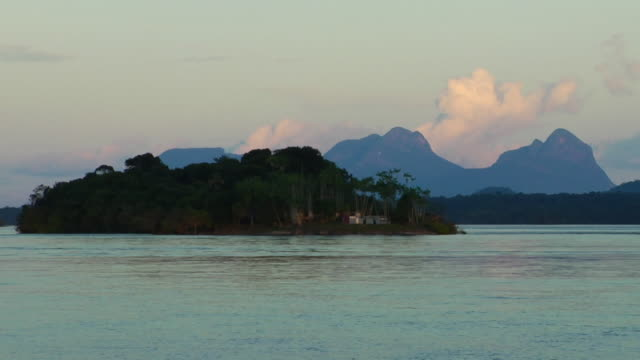 stockvideo's en b-roll-footage met t/l ws river negro with small island and sleeping beauty mountain range in background, sunset / sao gabriel da cachoeira, amazonas, brazil - color negro