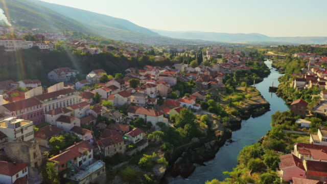 モスタルを流れるエアリアルリバーネレトヴァ - ボスニア・ヘルツェゴビナ点の映像素材/bロール
