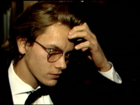 river phoenix at the 1989 golden globe awards at the beverly hilton in beverly hills, california on january 28, 1989. - リバー フェニックス点の映像素材/bロール
