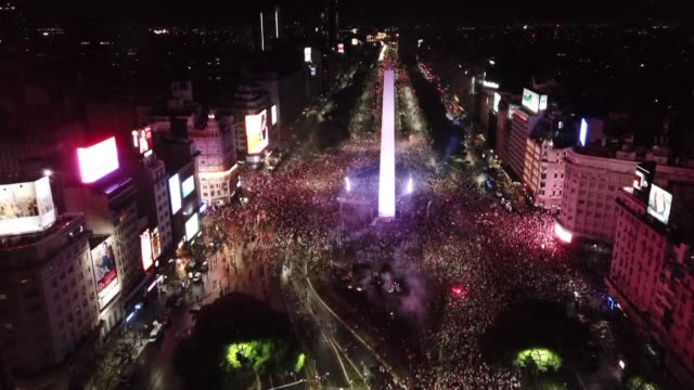 vídeos de stock e filmes b-roll de river plate fans gather around the obelisk in buenos aires to celebrate their team's victory in the copa libertadores by beating their fiercest... - obelisk