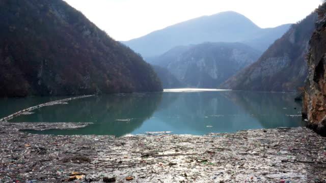 ゴミで汚染された川 - ポリスチレン点の映像素材/bロール