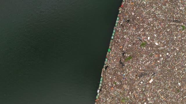 vidéos et rushes de rivière polluée par les ordures - bouteille d'eau minérale