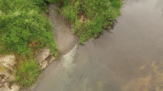 vidéos et rushes de pollution des rivières - bonde