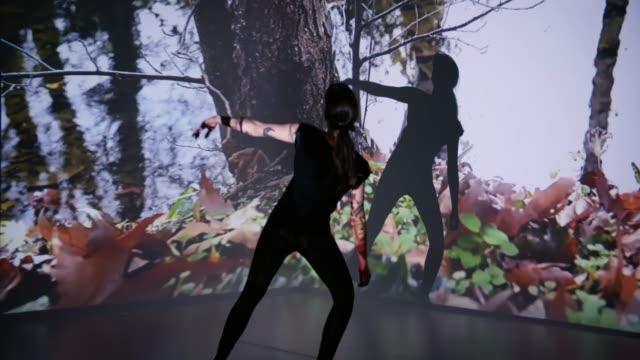 vidéos et rushes de projection de la rivière sur une danseuse - image projetée