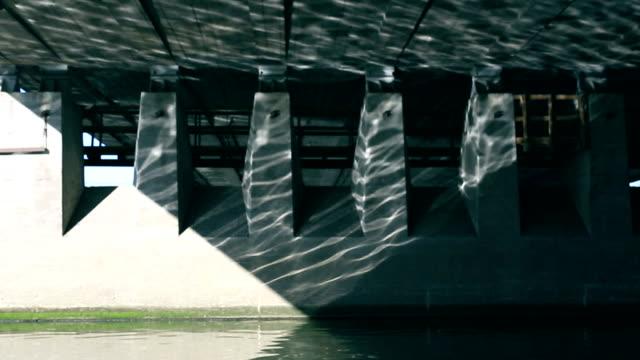 川の橋の壁に反映