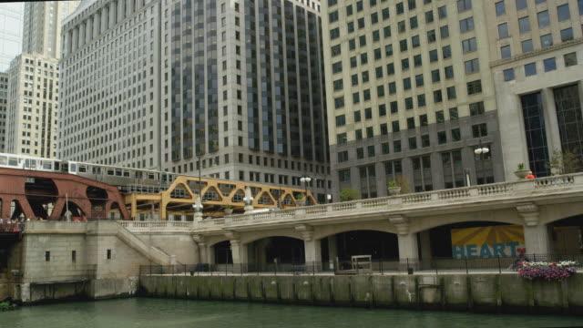 vídeos y material grabado en eventos de stock de river shot of chicago north wacker drive - norte