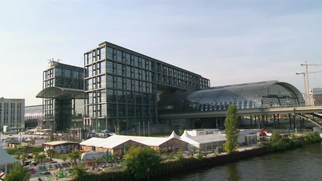 ws river spree and berlin main train station / berlin, germany - komplett stock-videos und b-roll-filmmaterial
