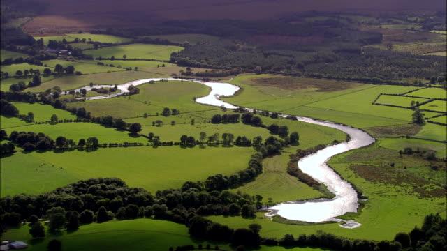 vídeos y material grabado en eventos de stock de río extraiga sur de de roscommon-vista aérea de connaught, condado de roscommon, irlanda - back lit