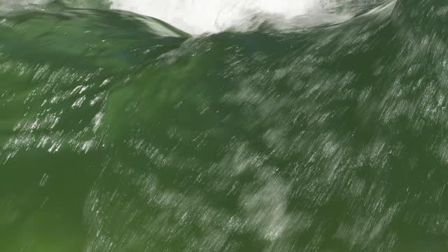cu slo mo river surfer on eisbach in munich - ミュンヘン エングリッシャーガルテン点の映像素材/bロール