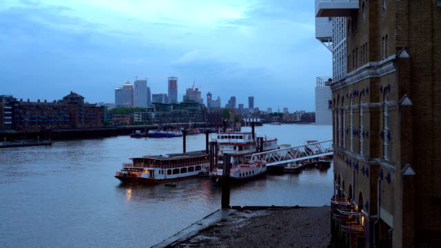 vídeos de stock e filmes b-roll de river thames with canary wharf in the background - margem do rio
