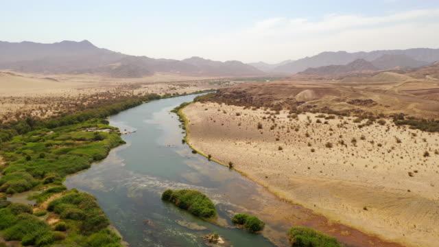 遠く離れた砂漠を通るws川、ナミビア、アフリカ - オアシス点の映像素材/bロール