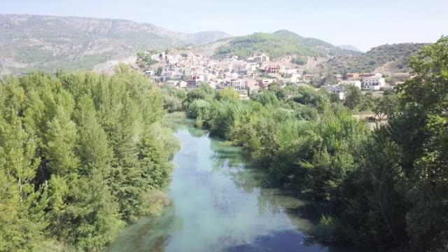vídeos y material grabado en eventos de stock de river town in spain, aerial - lugar de interés
