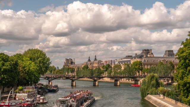 ein blick auf den fluss und brücken in paris, frankreich - île de france stock-videos und b-roll-filmmaterial