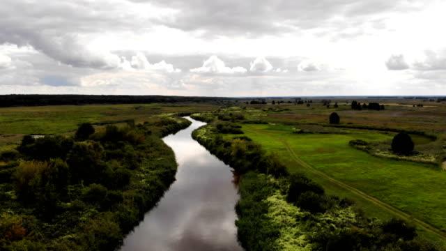 vidéos et rushes de rivière serpentant parmi les prés - torrent
