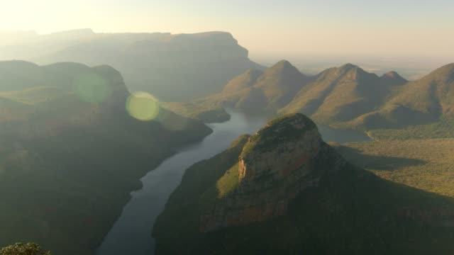 river winding through the blyde river canyon - provinz mpumalanga stock-videos und b-roll-filmmaterial