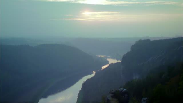 vídeos y material grabado en eventos de stock de a river winds through a canyon. - república checa
