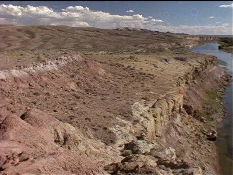 vidéos et rushes de a river winds through an otherwise arid landscape. - sec