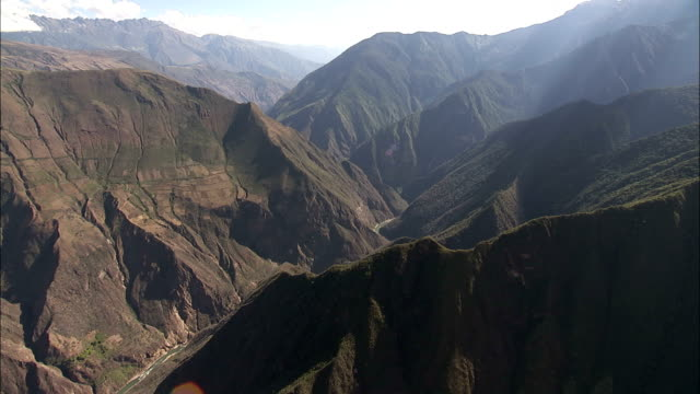 vidéos et rushes de a river winds through the apurimac canyon in peru. available in hd. - canyon