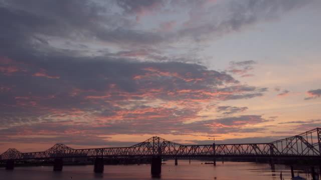 vídeos y material grabado en eventos de stock de riverboat on the ohio river - río ohio