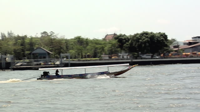 vídeos de stock, filmes e b-roll de ws pan riverboat traffic on chao phraya river, bangkok, bangkok, thailand - rio chao phraya