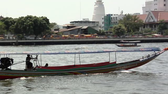 vídeos de stock, filmes e b-roll de ws pan zo riverboat traffic on chao phraya river, bangkok, bangkok, thailand - rio chao phraya