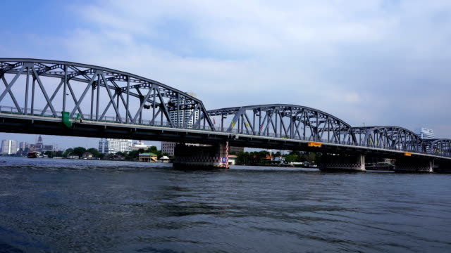 vídeos de stock e filmes b-roll de riverside scene in bangkok , choa praya river - barco de turismo