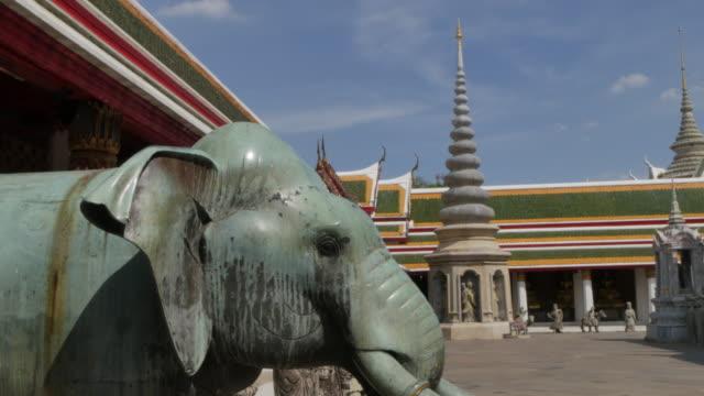 riverside temple of wat arun (temple of dawn), bangkok, thailand, southeast asia, asia - rappresentazione di animale video stock e b–roll