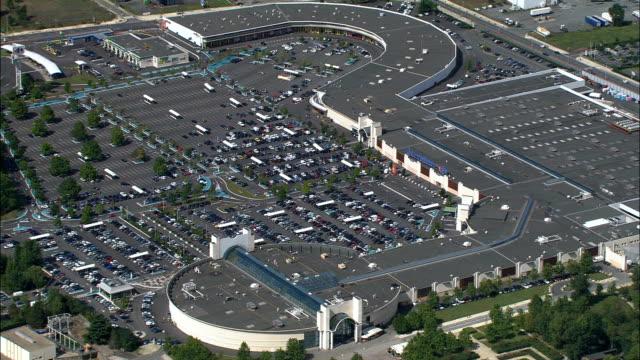 vidéos et rushes de rives d'arcins retail park-vue aérienne, aquitaine, gironde, france - parking