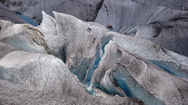 rivulet of meltwater on the surface of the retreating aletsch glacier on august 21, 2019 near bettmeralp, switzerland. at over 22km in length, the... - environmental issues stock-videos und b-roll-filmmaterial