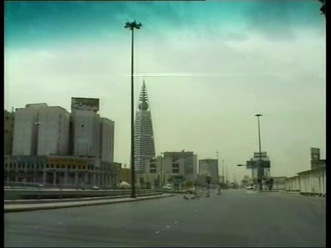 vídeos y material grabado en eventos de stock de riyadh int car gv view of skyscrapers as car along track ext tgv city skyline pan - jeddah