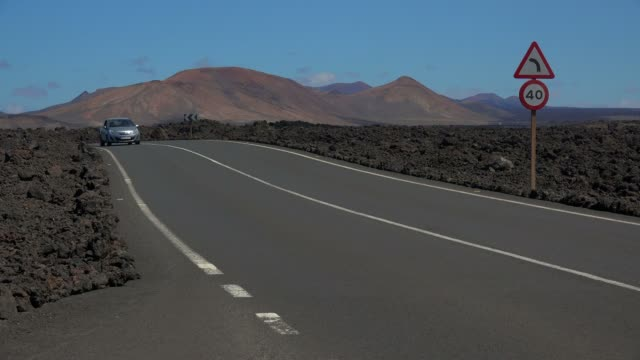 vídeos y material grabado en eventos de stock de road and lava landscape near los hervideros, lanzarote, canary islands, spain, atlantic, europe - vista de frente